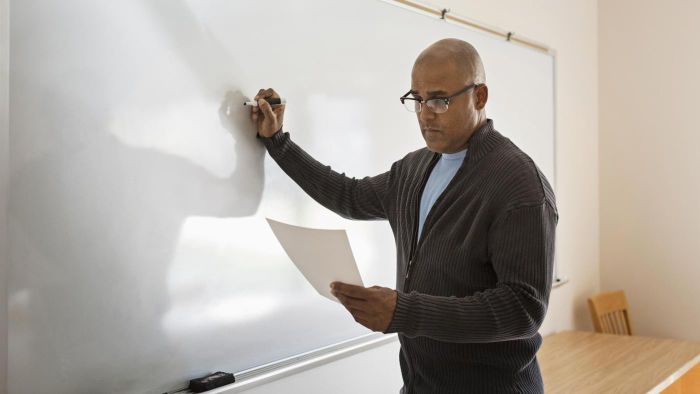 What Are the Qualifications of a Private English Teacher?