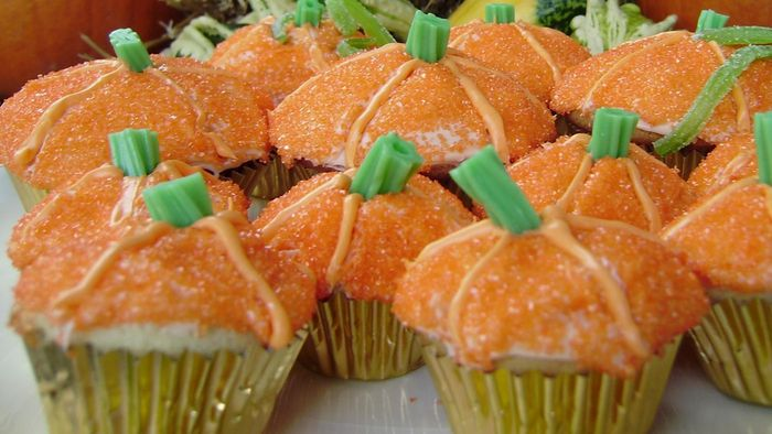 What are some simple recipes for pumpkin cupcakes?