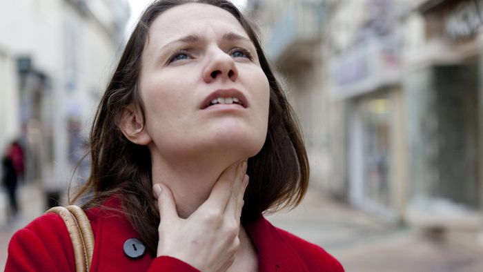 What are some ways to relieve an itchy throat caused by allergies?