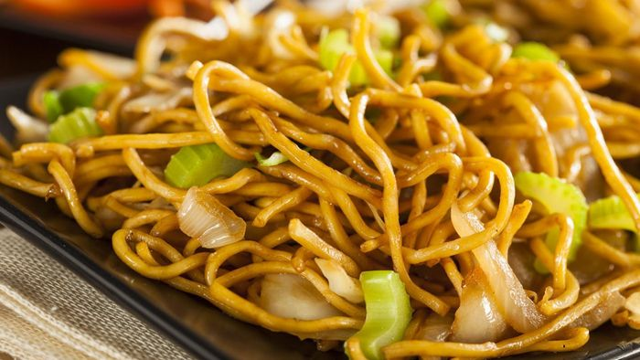 What Is an Easy Way to Make Chicken Chow Mein?