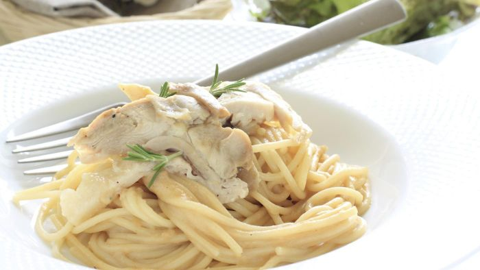 What Is an Easy Low-Fat Chicken Breast Spaghetti Recipe?