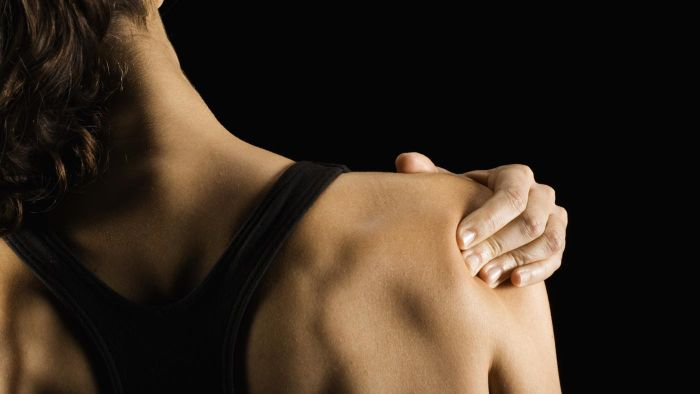 What other symptoms usually accompany shoulder pain?