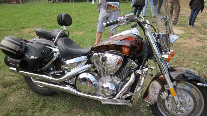 What Is the Oil Capacity of a 2004 Harley Davidson?