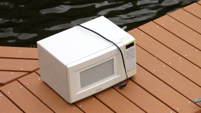 How do you test a microwave for leaks?