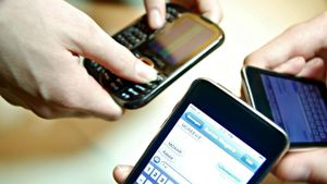 What Are the Advantages and Disadvantages of Text Messages?