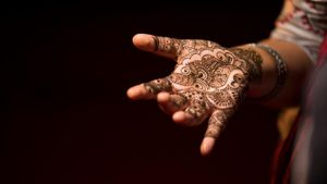 How Do You Apply Mehndi?
