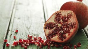 How Can One Choose a Ripe Pomegranate?