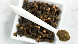 How can whole cloves be converted to ground cloves?