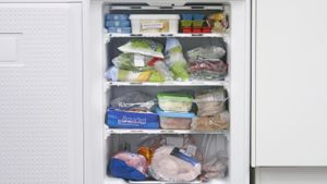 What causes the refrigerator to freeze everything inside it?