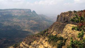 Where is the Deccan Plateau located?