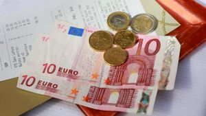 What does the euro currency look like, and what does the currency represent?