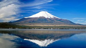 Who Was the First Person to Climb Mount Fuji?
