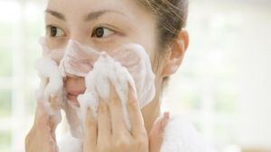 What Ingredients in Face Wash Help Control Oily and Shiny Skin?