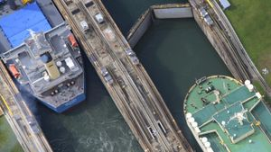 How many locks does the Panama Canal have?