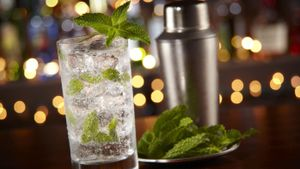 How many ounces does a highball glass hold?