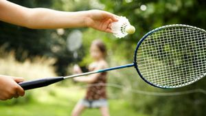 What are the objectives of badminton?