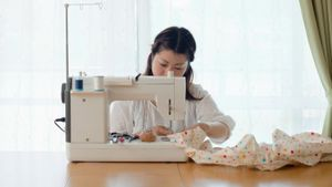 What are the parts of a sewing machine?