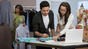 What are the qualifications to be a fashion designer?
