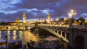 What river runs through Paris?
