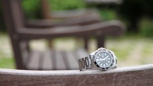 How does a rotating bezel for a watch work?