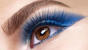 How do I use blue eyeshadow and eyeliner makeup to create a dramatic effect?