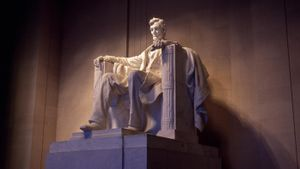 In what year was the Lincoln Memorial built?