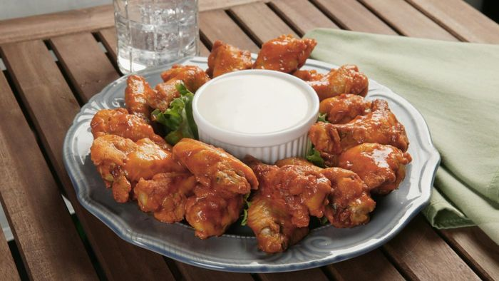 How many chicken wings should be allocated per person?