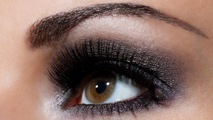 How Do You Apply Dramatic Eye Makeup?