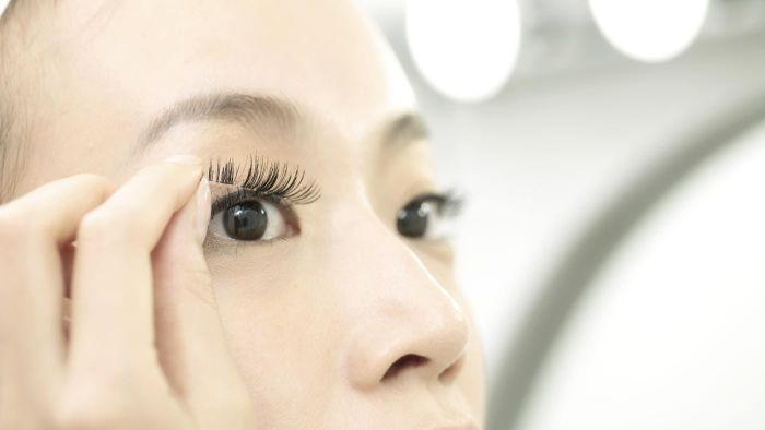 How Do You Apply False Eyelashes?