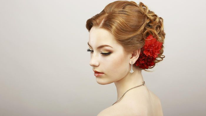 Where can you find pictures of wedding hairstyles online?
