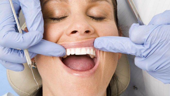What causes your gums to be irritated and itchy?