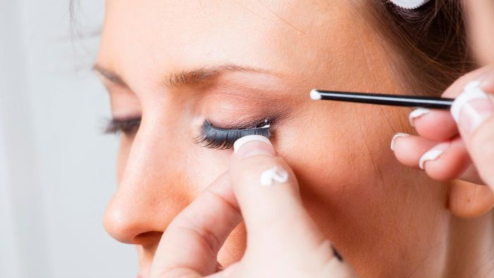 What are the characteristics of the best eyelash glue?