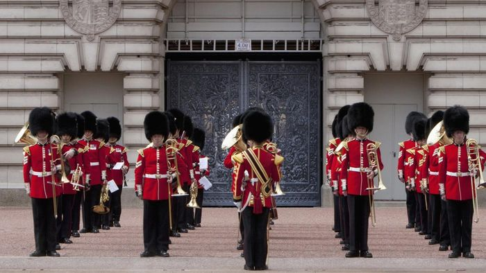 Why did British soldiers wear red uniforms?