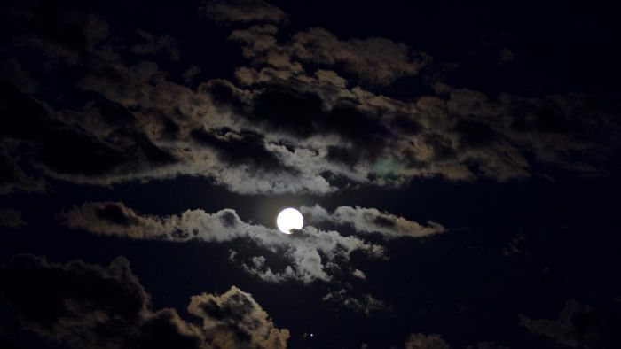 What Is the Difference Between a New Moon Vs. a Full Moon?