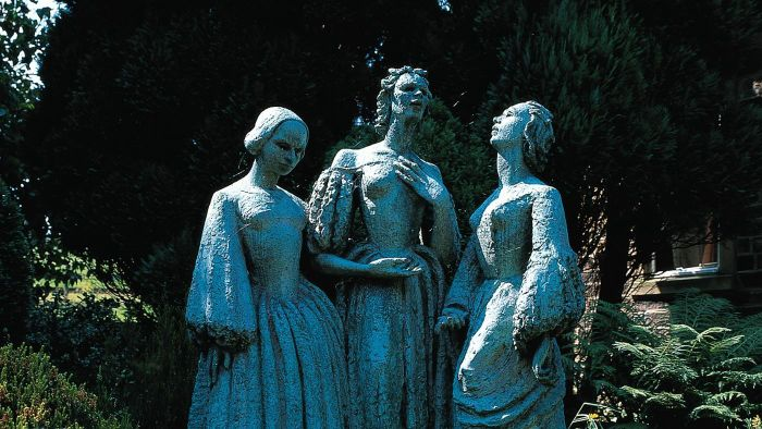 How Is Emily Bronte's Writing Style Characterized?
