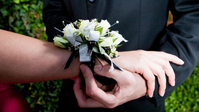 What Is the Etiquette for Choosing a Corsage ?