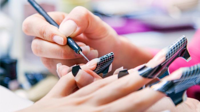 What Is a Gel Manicure Kit?