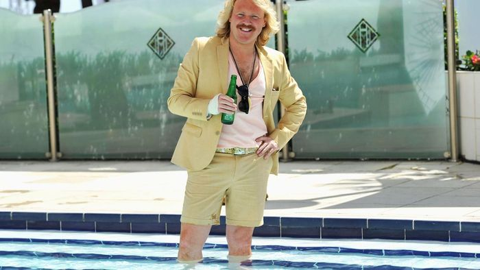 Why does Keith Lemon wear a bandage on his hand?
