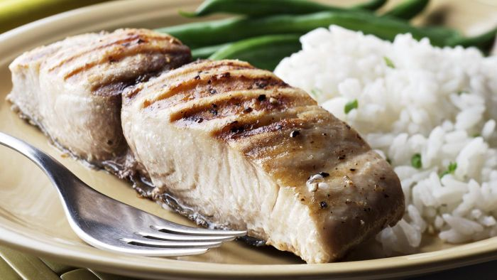 What does mahi-mahi taste like?