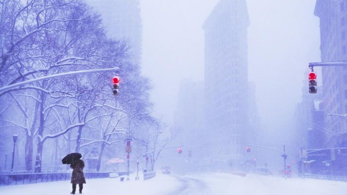 What are the main features of a blizzard?
