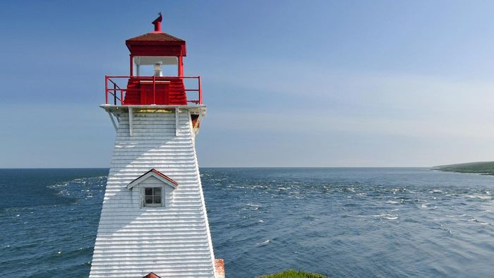 Are Maine lighthouses run by people or by computers?