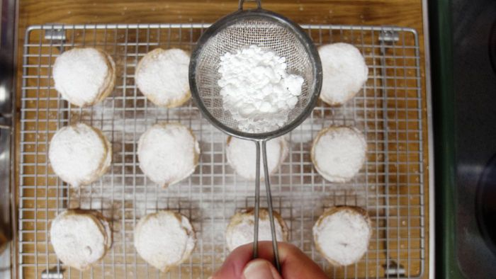 How many cups are in a box of powdered sugar?