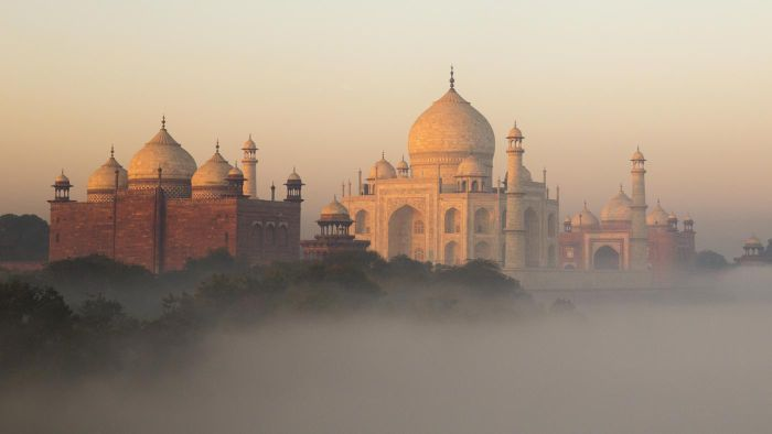 How many people did it take to build the Taj Mahal?