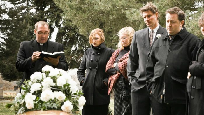 How Much Do You Pay a Pastor for a Funeral?