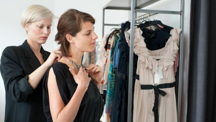 What are the responsibilities of a saleslady?