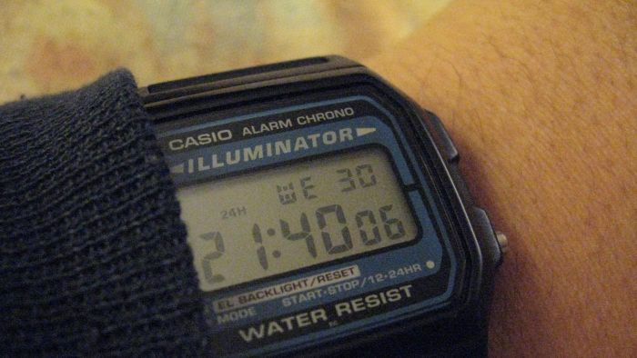 How do you set the time on a Casio Illuminator watch?