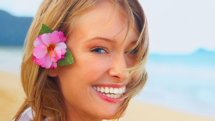 Which side should a woman wear a Hawaiian flower in her hair?