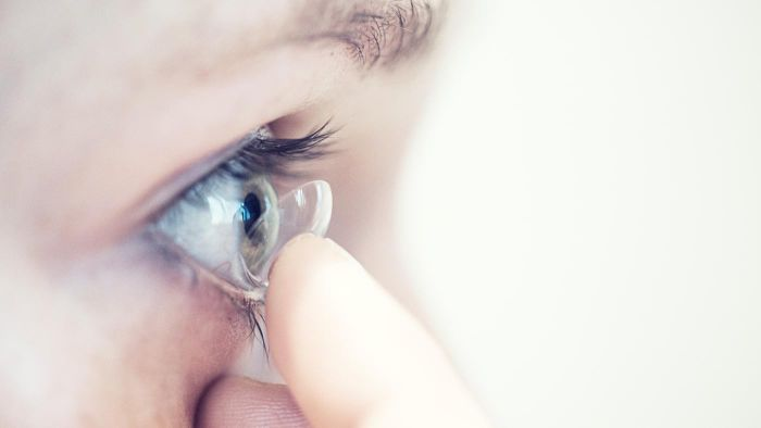 What Are Some Tips for Removing Contact Lenses?