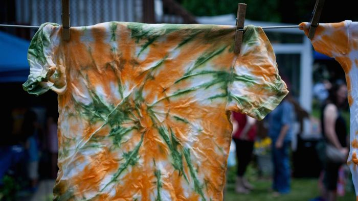 How do you use food coloring to tie dye a shirt?