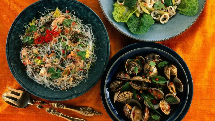 Which utensils are appropriate to use when dining in Thailand?